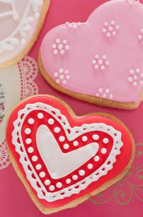 ハートのバレンタインアイシングクッキーの写真素材 [FYI01499156]