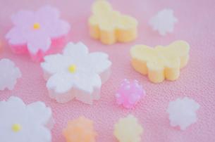 金平糖と桜と蝶々モチーフの和菓子の写真素材 [FYI01499159]