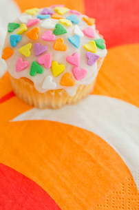 ハートのバレンタインアイシングカップケーキの写真素材 [FYI01499160]