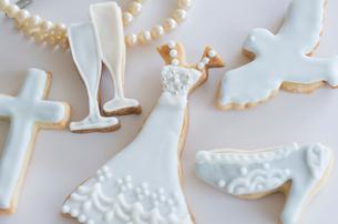 ウェディングモチーフとブライダルイメージのアイシングクッキーの写真素材 [FYI01499198]