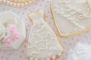 ウェディングドレスのアイシングクッキーとブライダルイメージの写真素材 [FYI01499202]