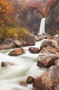 紅葉の苗名滝の写真素材 [FYI01499208]