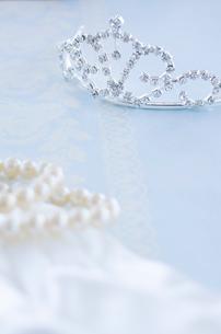 ウェディングティアラとパールネックレスのブライダルイメージの写真素材 [FYI01499210]