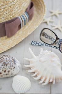 夏の帽子と貝殻とメガネの写真素材 [FYI01499213]