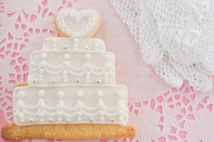 ウェディングケーキモチーフのアイシングクッキーの写真素材 [FYI01499216]