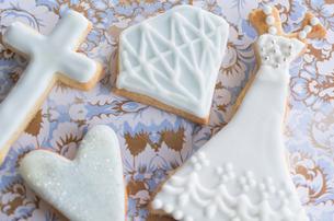 ウェディングドレスとブライダルイメージのアイシングクッキーの写真素材 [FYI01499222]