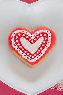 ハートのバレンタインアイシングクッキーの写真素材 [FYI01499233]
