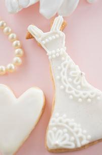 ウェディングドレスとブライダルイメージのアイシングクッキーの写真素材 [FYI01499265]