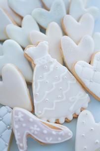 ウェディングドレスとブライダルイメージのアイシングクッキーの写真素材 [FYI01499271]