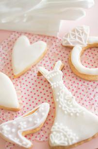 ウェディングドレスとブライダルイメージのアイシングクッキーの写真素材 [FYI01499287]