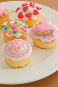 ハートのバレンタインアイシングカップケーキの写真素材 [FYI01499297]