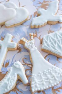 ウェディングドレスとブライダルイメージのアイシングクッキーの写真素材 [FYI01499328]