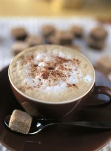 泡立つカプチーノとコーヒーシュガーの写真素材 [FYI01499362]