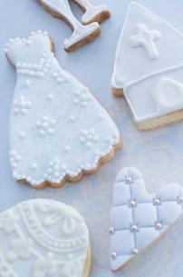 ウェディングドレスとブライダルイメージのアイシングクッキーの写真素材 [FYI01499366]