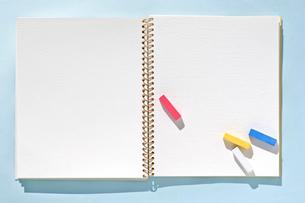スケッチブックとパステルの写真素材 [FYI01499380]