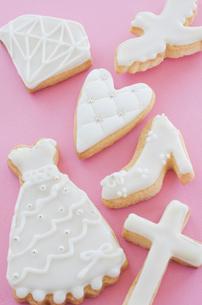 ウェディングドレスとブライダルイメージのアイシングクッキーの写真素材 [FYI01499386]
