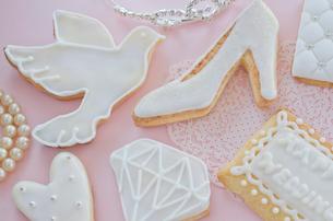 ウェディングイメージのアイシングクッキーとブライダルイメージの写真素材 [FYI01499388]