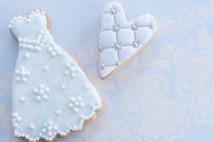 ウェディングドレスとハートモチーフのアイシングクッキーの写真素材 [FYI01499400]