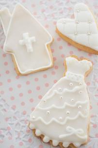 ウェディングドレスとブライダルモチーフのアイシングクッキーの写真素材 [FYI01499407]