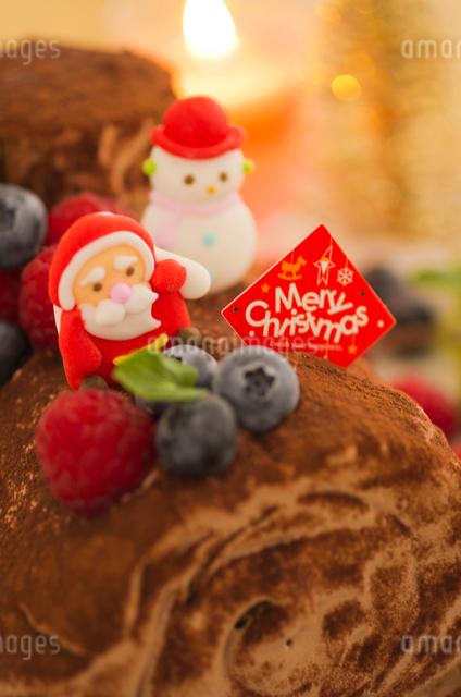 ブッシュドノエルのデコレーションクリスマスケーキの写真素材 [FYI01499415]