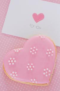 ハートのバレンタインアイシングクッキーの写真素材 [FYI01499427]