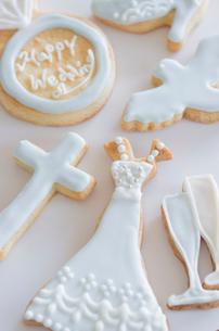 ウェディングモチーフとブライダルイメージのアイシングクッキーの写真素材 [FYI01499444]