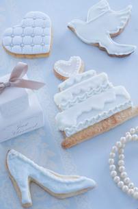 ウェディングイメージのアイシングクッキーとブライダルイメージの写真素材 [FYI01499503]