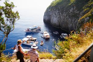青の洞窟前のボート乗り場の写真素材 [FYI01499506]
