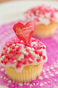 ハートのバレンタインアイシングカップケーキの写真素材 [FYI01499509]