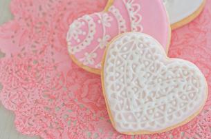 ハートのバレンタインアイシングクッキーの写真素材 [FYI01499536]