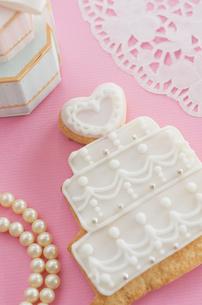 ウェディングケーキのクッキーとブライダルイメージの写真素材 [FYI01499645]