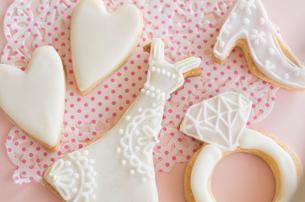 ウェディングドレスとブライダルイメージのアイシングクッキーの写真素材 [FYI01499646]