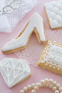 ウェディングドレスとブライダルイメージのアイシングクッキーの写真素材 [FYI01499674]