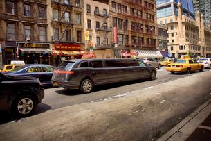 ストレッチリムジンとニューヨークの街並の写真素材 [FYI01499679]