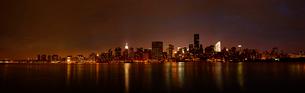 イースト リバー対岸より望むマンハッタンの夜景の写真素材 [FYI01499686]
