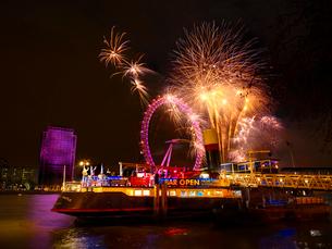 テムズ河対岸より望む新年のカウントダウン花火とロンドンアイの写真素材 [FYI01499714]