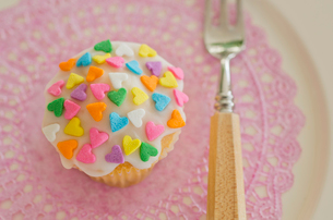 ハートのバレンタインアイシングカップケーキの写真素材 [FYI01499744]