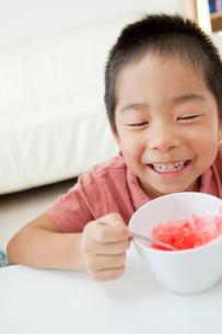 かき氷を食べている男の子の写真素材 [FYI01499758]