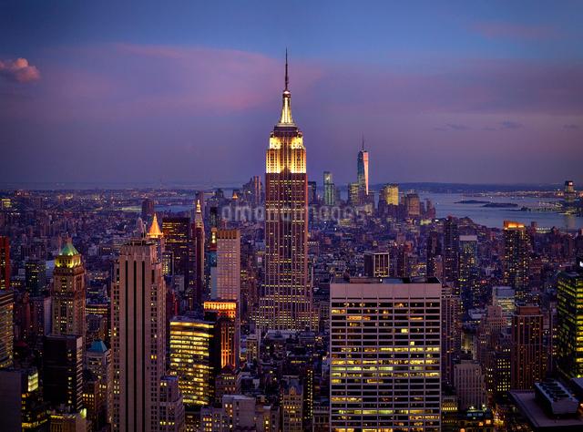 夕暮れのマンハッタンの写真素材 [FYI01499861]
