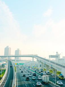 高速道路を走る車の写真素材 [FYI01499911]