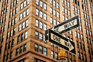 一方通行の道路標識とビルの写真素材 [FYI01499970]