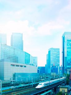 ビル街を走る新幹線の写真素材 [FYI01500042]