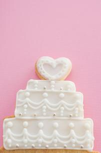 ウェディングケーキモチーフのアイシングクッキーの写真素材 [FYI01500126]