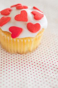 ハートのバレンタインアイシングカップケーキの写真素材 [FYI01500160]
