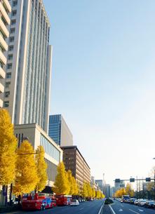 日比谷通りと丸の内ビル群の写真素材 [FYI01500190]