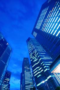ビル街の夜景の写真素材 [FYI01500293]