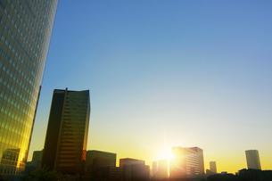 ビル群の日の出の写真素材 [FYI01500376]