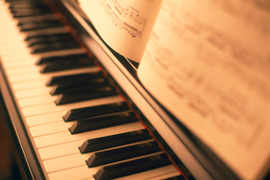 ピアノと楽譜の写真素材 [FYI01500388]