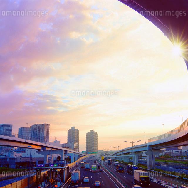 朝焼けの高速道路の写真素材 [FYI01500443]