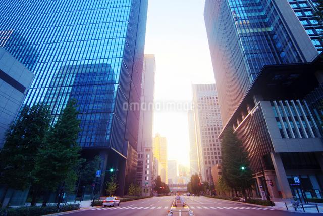 朝日の差し込むビジネス街の写真素材 [FYI01500551]